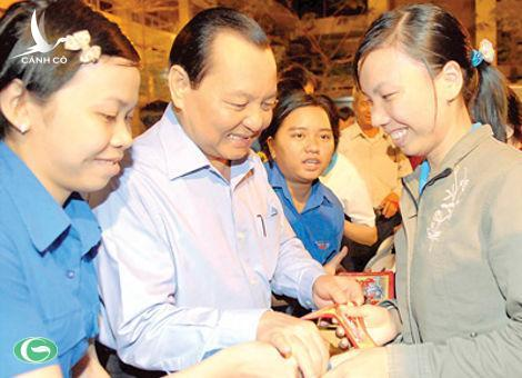 Le Thanh Hai, Secretary of HCMC Party Committee offers Tet gifts to workers at the Le Minh Xuan Industrial Zone on January 20 (Photo:SGGP)
