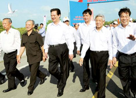 Prime Minister Nguyen Tan Dung (3rd, L) and other VIPs step on the Dam Cung Bridge in Ca Mau Province on Jan. 30, 2012 (Photo: Le Phuong)