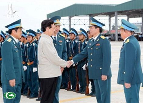 PM Nguyen Tan Dung visits Regiment 940 and Division 372 of the air force stationed in Binh Dinh. (Photo: Duc Tam/VNA)
