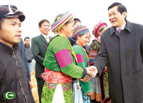 Vietnamese President Truong Tan Sang (R) meets staff members the Vietnam Ethnic Culture-Tourism Village in Hanoi on February 4, 2012