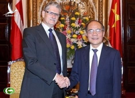 National Assembly Chairman Nguyen Sinh Hung (R) and Danish Parliament Mogens Lykketoft.