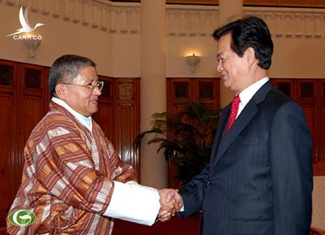 PM Nguyen Tan Dung (R) and Special Envoy of the Prime Minister of the Royal Government of Bhutan Lyonpo Kinzang Dorji