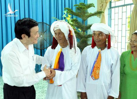President Truong Tan Sang meets met and presents gifts to religious dignitaries