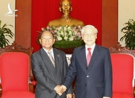 Party General Secretary Nguyen Phu Trong receives Cambodian National Assembly Heng Samrin in Hanoi on July 22.