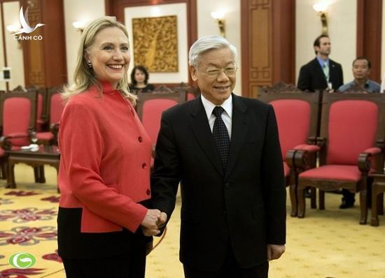 Party General Secretary Nguyen Phu Trong (R) welcomes US Secretary of State Hillary Clinton, Hanoi, July 10, 2012