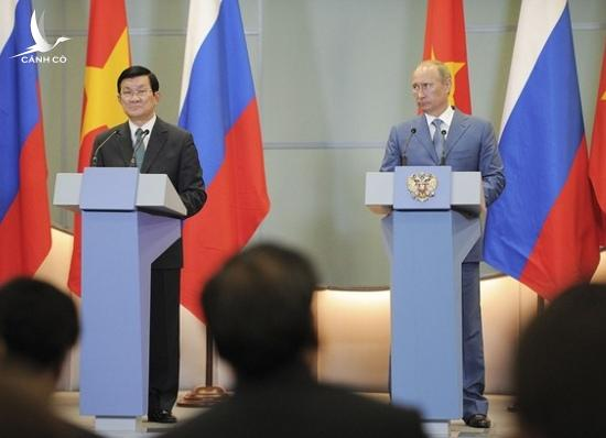 Russian President Vladimir Putin (R) stands with Vietnamese President Truong Tan Sang at a news conference after their meeting at the Bocharov Ruchei residence in Sochi July 27, 2012.