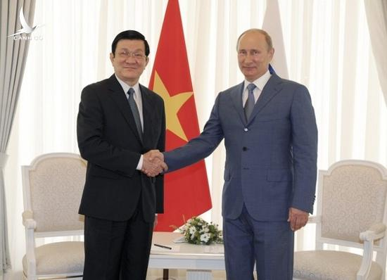 Russian President Vladimir Putin (R) shakes hands with Vietnamese President Truong Tan Sang during their meeting at the Bocharov Ruchei residence in Sochi July 27, 2012.