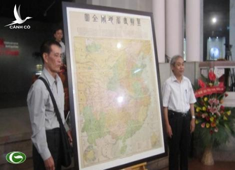 Dr. Mai Ngoc Hong with the old Chinese map.