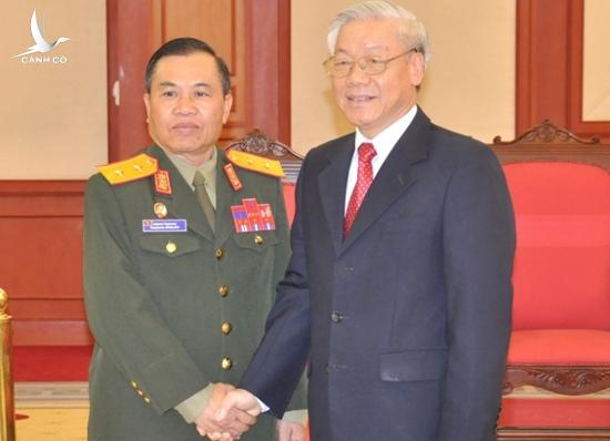 Party General Secretary Nguyen Phu Trong met with Sengnouane Sayalat, Secretary of the Lao People's Revolution Party Central Committee and Deputy Minister of Defence.