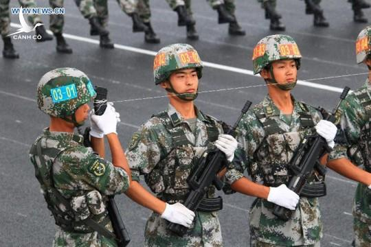 Photo taken on July 23, 2015 shows soldiers participating in training for the Sept. 3 military parade at the parade training base. (Xinhua/Zha Chunming)