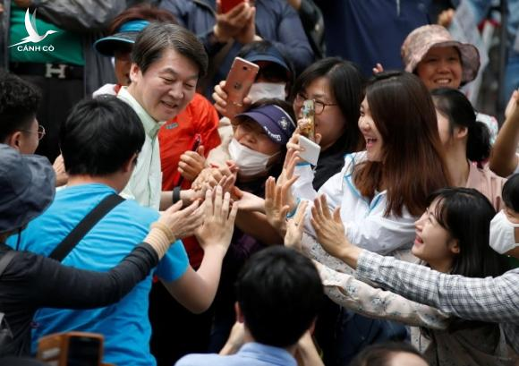 Ahn Cheol-soo, the presidential candidate of the People's Party, attends his election campaign rally in Seoul, South Korea, May 8