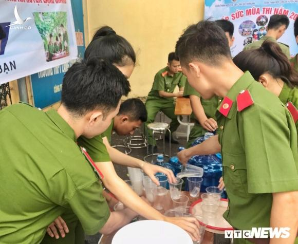 Chien sy cong an Bac Giang don ve sinh, cung cap nuoc uong mien phi tiep suc mua thi hinh anh 3