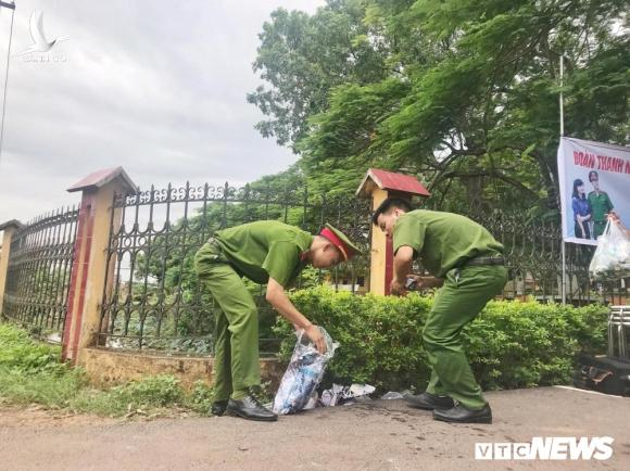 Chien sy cong an Bac Giang don ve sinh, cung cap nuoc uong mien phi tiep suc mua thi hinh anh 8
