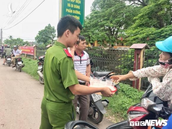 Chien sy cong an Bac Giang don ve sinh, cung cap nuoc uong mien phi tiep suc mua thi hinh anh 5
