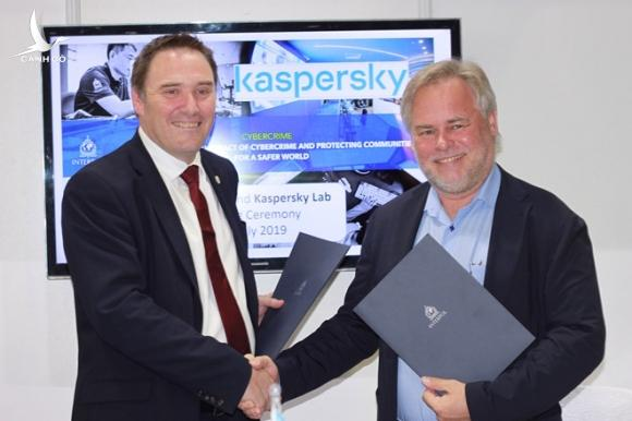 Eugene Kaspersky - CEO Kaspersky và Craig Jones - Giám đốc tội phạm mạng tại Interpol /// Ảnh: Kaspersky