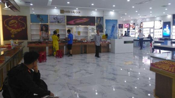 Đột kích 'sào huyệt' tour 0 đồng bán hàng giả ở Quảng Ninh - ảnh 1