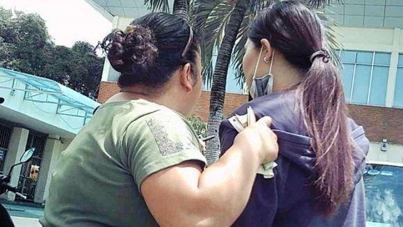 """""""Cò"""" Quắn (trái) đang chèo kéo khách ở ga Sài Gòn /// Trác Rin"""