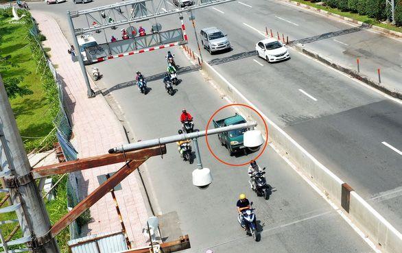 Một ôtô vi phạm giao thông khi chạy vào làn đường xe máy ngay dưới camera giám sát giao thông tại khu vực cầu Sài Gòn, quận 2, TP.HCM ngày 10-7.