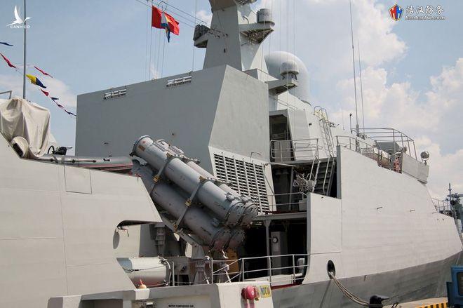 Khác với cặp tàu đầu tiên, cặp tàu Gepard thứ hai của Việt Nam gồm: Tàu 015-Trần Hưng Đạo, Tàu 016-Quang Trung, đều được trang bị thêm các ống phóng ngư lôi 533mm nhằm tăng khả năng chống ngầm, kết hợp với đó là hệ thống định vị thủy âm dùng để phát hiện, theo dõi, xác định vị trí tàu ngầm để tiêu diệt. Ảnh: haohanfwa.com