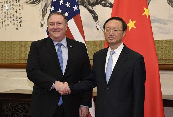 Ông Dương Khiết Trì (phải) trong cuộc gặp Ngoại trưởng Mỹ Mike Pompeo vào tháng 11 năm ngoái tại New York. (Ảnh: AP)