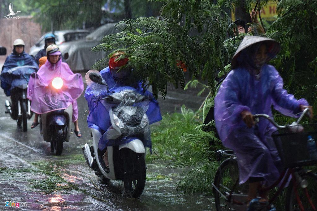 Người đi xe máy phải lách qua chướng ngại vật để tham gia lưu thông. Lúc này lực lượng chức năng chưa kịp xuất hiện.
