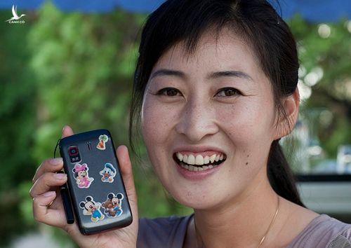 Sở hữu điện thoại thông minh là niềm tự hào và mốt thời thượng ở Triều Tiên