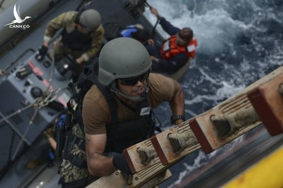 Cận cảnh đặc nhiệm hải quân ASEAN-Mỹ diễn tập truy bắt nghi phạm trên tàu - Ảnh 7.