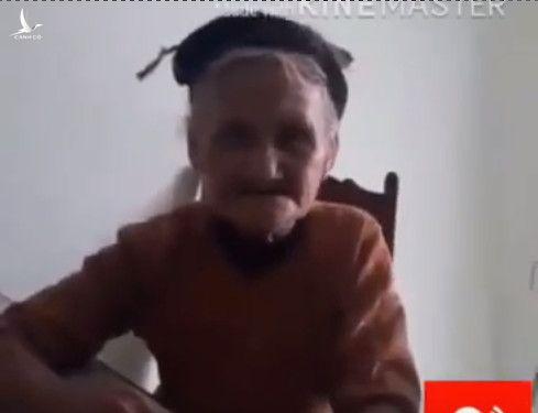 Cụ Bà 80 tuổi quê Thanh Hoá hiện đang sống một mình, đến tận UBND xã để gửi lại sổ hộ nghèo. Nhường lại cho những gia đình khốn khổ hơn bà.