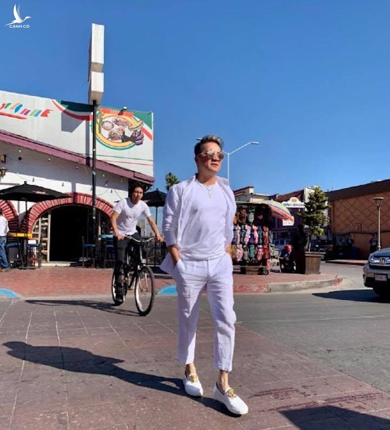 Đàm Vĩnh Hưng dạo bước trên đường phố Ensenada, Mexico.