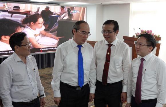 Ông Nguyễn Thiện Nhân trò chuyện với các đại biểu tại buổi tọa đàm /// Ảnh: Trung Hiếu
