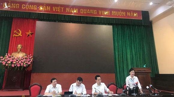 Bà Vương Thị Vân Khánh, Chánh văn phòng UBND quận Thanh Xuân thông tin tại cuộc họp chiều 17.9 /// Ảnh Lê Quân