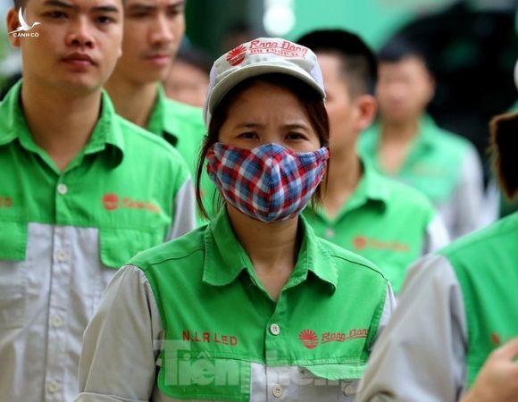 Công nhân vẫn miệt mài làm việc khi nhà xưởng Rạng Đông được bộ đội tẩy độc - ảnh 11