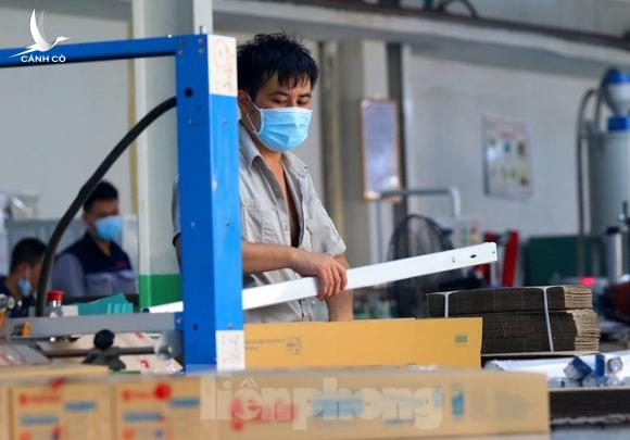 Công nhân vẫn miệt mài làm việc khi nhà xưởng Rạng Đông được bộ đội tẩy độc - ảnh 3