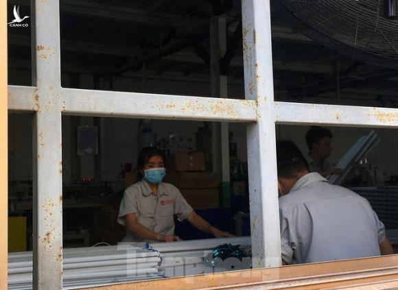 Công nhân vẫn miệt mài làm việc khi nhà xưởng Rạng Đông được bộ đội tẩy độc - ảnh 4
