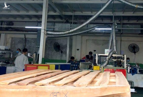 Công nhân vẫn miệt mài làm việc khi nhà xưởng Rạng Đông được bộ đội tẩy độc - ảnh 5