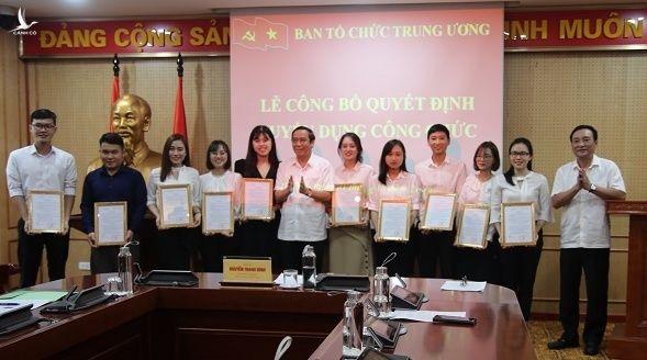 Ông Nguyễn Thanh Bình (giữa), Phó trưởng ban Thường trực Ban Tổ chức Trung ương trao Quyết định tuyển dụng cho 10 công chức mới. Ảnh: BTC