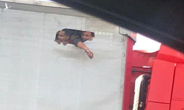 Bức ảnh người nhập cư khoét lỗ nhìn ra ngoài từ thùng xe tải chật chội do một người đi đường chụp được đúng vào ngày 23-10, ngày phát hiện 39 người chết trong thùng xe đông lạnh ở Essex