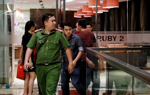 Xông vào nhà bắt trẻ nhỏ: Cận cảnh khám nhà bị can Lâm Hoàng Tùng - ảnh 7