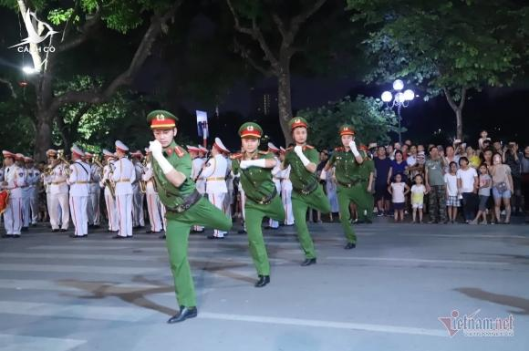 Đại tướng Tô Lâm say sưa hoà cùng dòng người thưởng thức dàn kèn bên Hồ Gươm