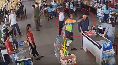 Người bố tát nhân viên bán hàng là cán bộ công an huyện Phổ Yên.