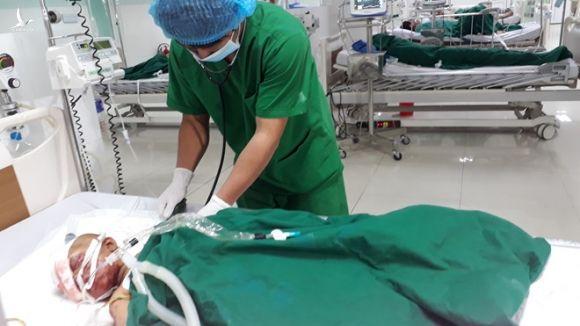 1 nạn nhân của vụ nổ đang được điều trị tại khoa Hồi sức tích cực chống độc /// Ảnh: Đức Nhật
