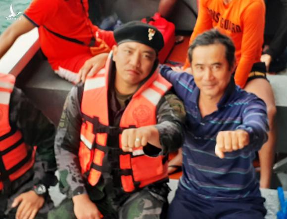 Lực lượng chức năng Philippines chia sẻ niềm vui với ngư dân trên tàu câu mực Việt Nam vào trú bão số 6  /// Ảnh ngư dân gửi về từ Philippines