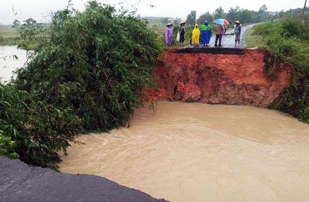 Đoạn đường liên thôn xã Cư Bông, huyện Ea Kar bị nước cuốn trôi.