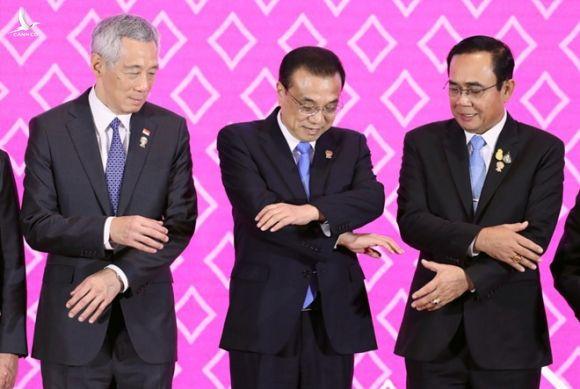 Thủ tướng Singapore Lý Hiển Long, Thủ tướng Trung Quốc Lý Khắc Cường và Thủ tướng Thái Lan Prayuth Chan-ocha chụp ảnh lưu niệm tại Hội nghị cấp cao Trung Quốc-ASEAN  /// Reuters