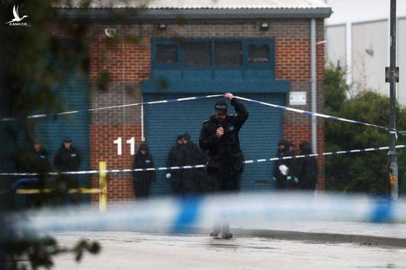 Cảnh sát điều tra hiện trường nơi phát hiện xe tải với các thi thể /// Reuters