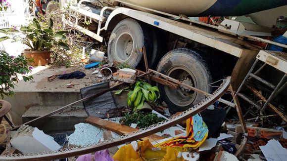 Hai người thoát chết kỳ diệu khi xe bồn bê tông ủi sập nhà ở Đà Lạt. - ảnh 1