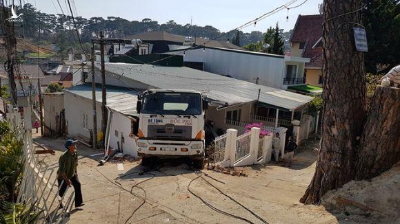 Hai người thoát chết kỳ diệu khi xe bồn bê tông ủi sập nhà ở Đà Lạt. - ảnh 7