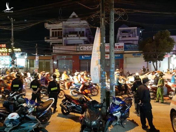 NÓNG: Cảnh sát Đồng Nai đang phong tỏa một bệnh viện ở Biên Hòa - Ảnh 1.