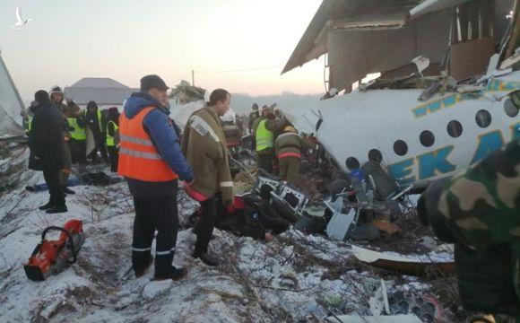 [NÓNG] Máy bay chở 100 người rơi vỡ nát tại Kazakhstan, ít nhất 7 người thiệt mạng