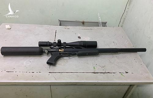 Một khẩu súng tìm thấy trong nhà Út. Ảnh: Công an cung cấp.